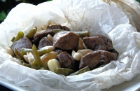 Scottona, fagiolini e mandorle al cartoccio